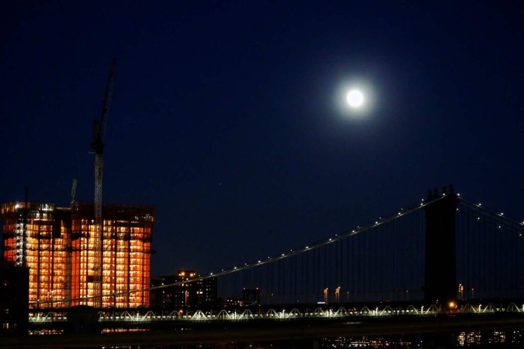 "A full moon is seen over the Manhattan Bridge during the eve of the ""supermoon"" in New York, U.S. November 13, 2016. REUTERS/Eduardo Munoz"