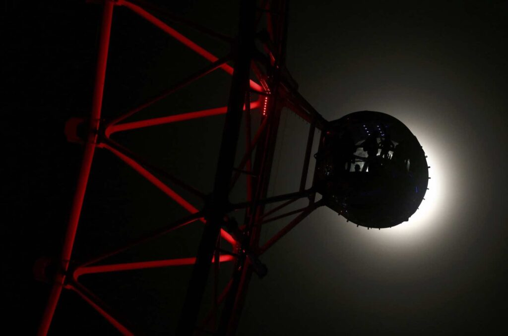 "A pod on the London Eye is seen against the moon a day before the ""supermoon"" spectacle, in London, Britain November 13, 2016. REUTERS/Neil Hall"