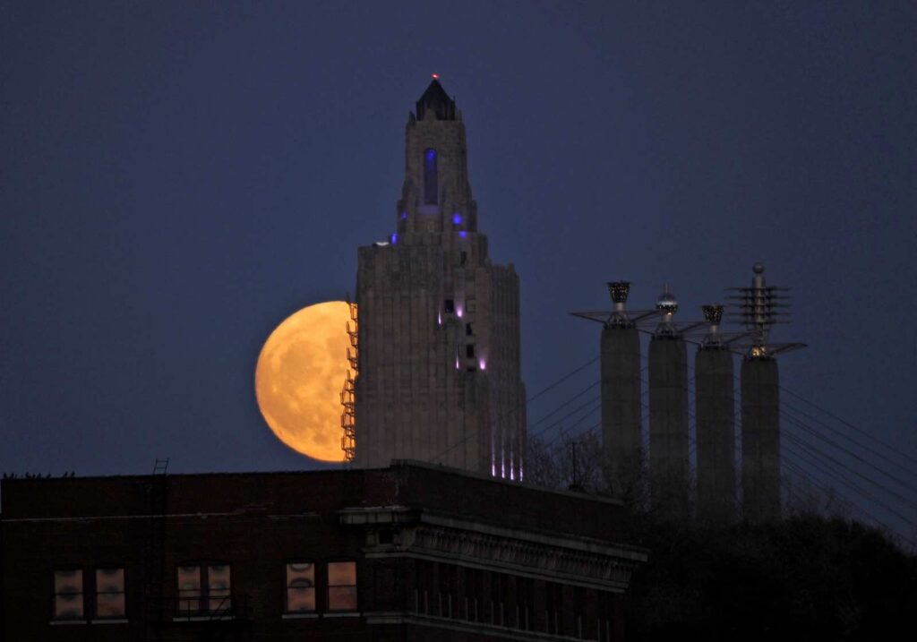 "The ""supermoon"", the closest the moon comes to Earth since 1948, rises over the Power and Light building in downtown Kansas City, Missouri, U.S., November 13, 2016. REUTERS/Dave Kaup"